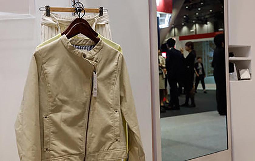 メインビジュアル : 洋服をミラーにかざすと私の「欲しい」が表示される!ミラー型サイネージを使った新しいショッピングを体験してみた
