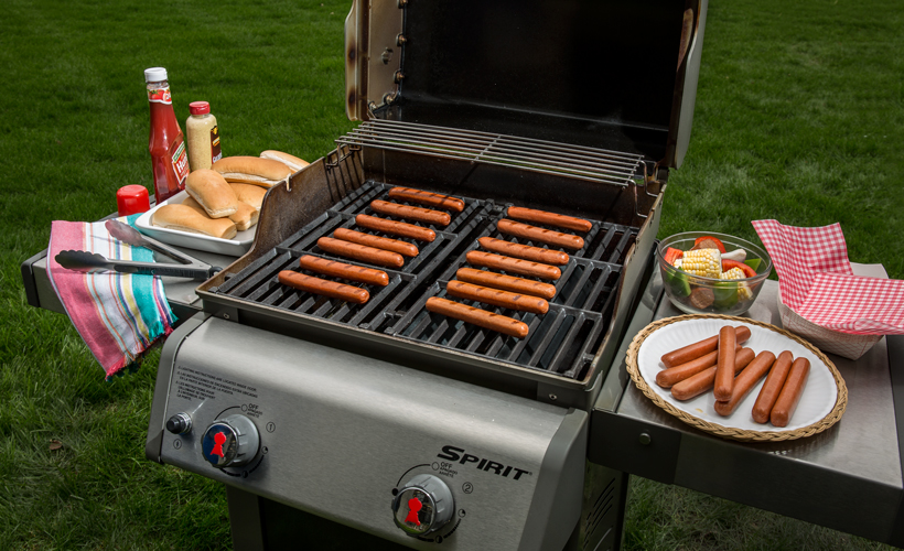 grilling-hot-dogs